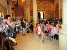 Imatges de l'Aula Magna de la Casa de Convalescència, plena de públic