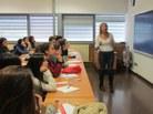 La professora M. Rosa Massa impartint el taller